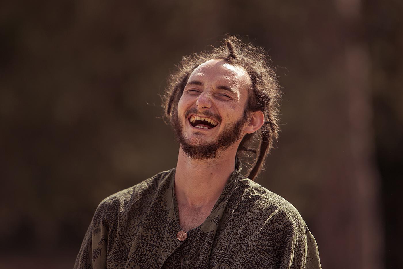 Homme qui rit aux éclats
