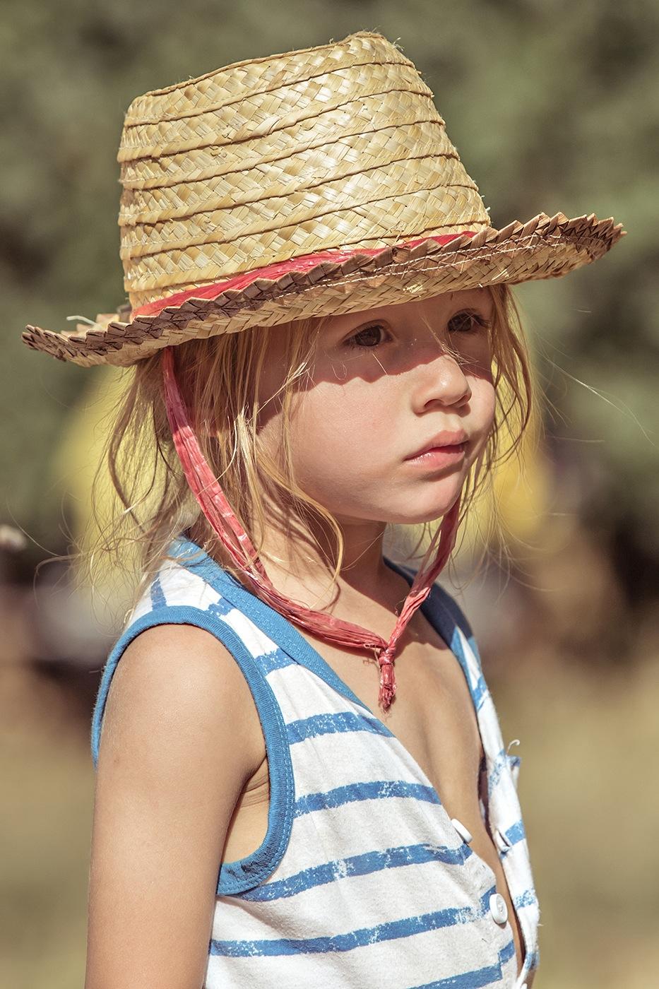 13-photographe-reportage-reve-de-laborigene-2016-guillaume-heraud-enfant-blond-chapeau-small