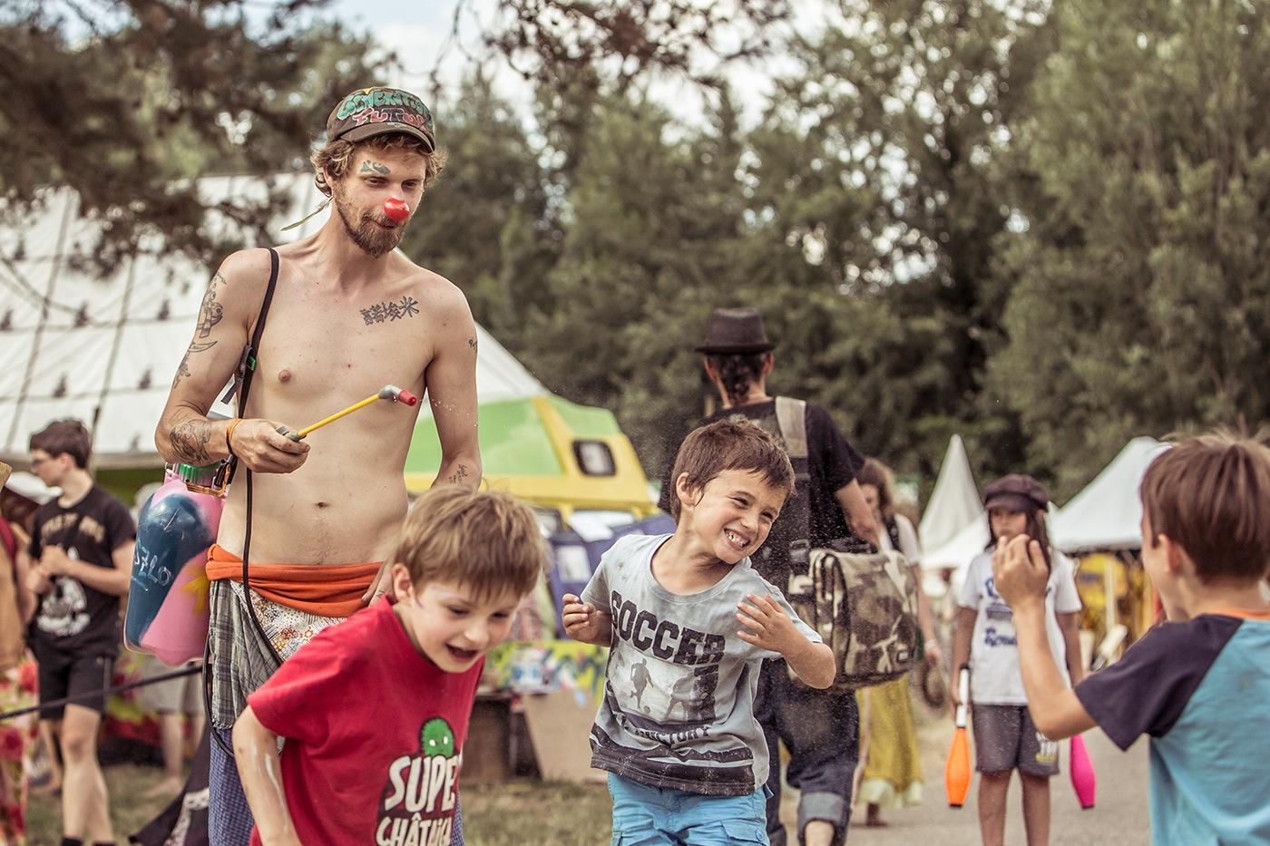 21-photographe-reportage-reve-de-laborigene-2016-guillaume-heraud-enfants-arroses-small