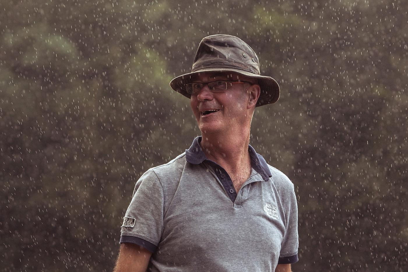 Homme au chapeau sous la pluie